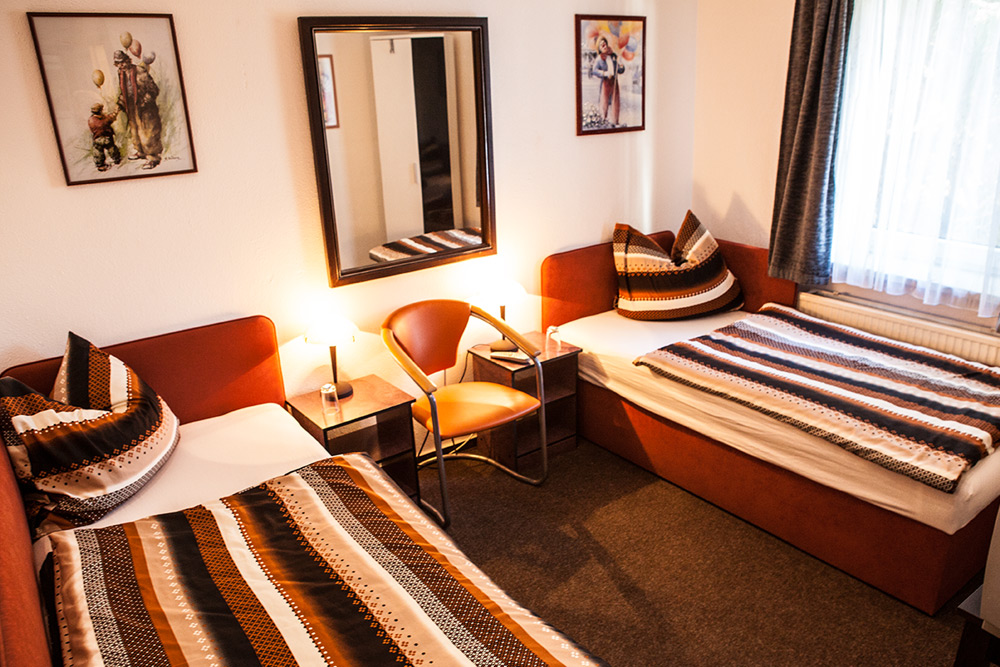 hotel pension claudia in berlin moderne zimmer zu. Black Bedroom Furniture Sets. Home Design Ideas